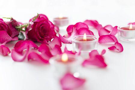 バラの花びらとキャンドル