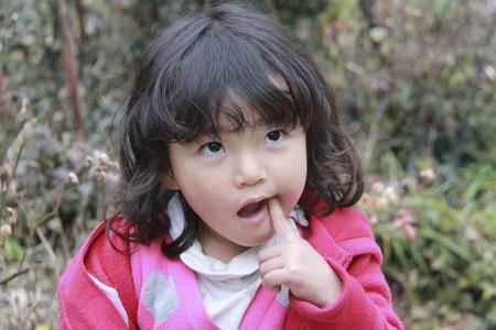 kindergartener: Cute girl playing in the Woods