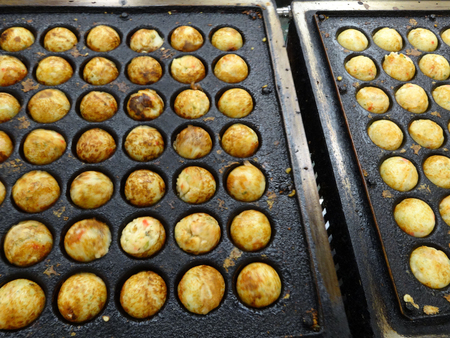 Takoyaki device of automatic upside down by micro-vibration
