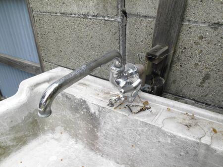 劣化した水道の蛇口と屋外シンク