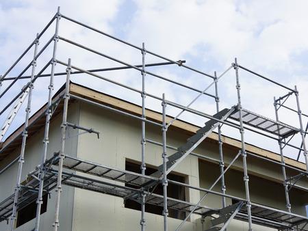 新しい家のタイル張り工事