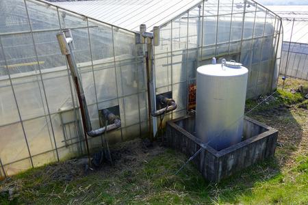 tanque de combustible: Depósito de combustible de calefacción de los invernaderos Foto de archivo