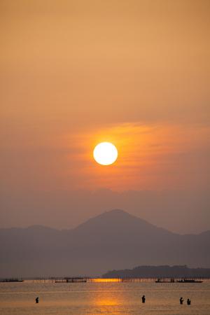 amanecer: La mañana del paso superior del puente Biwako Ohashi bajo Yang. Foto de archivo