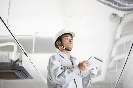 Male workers to use a Tablet PC Reklamní fotografie