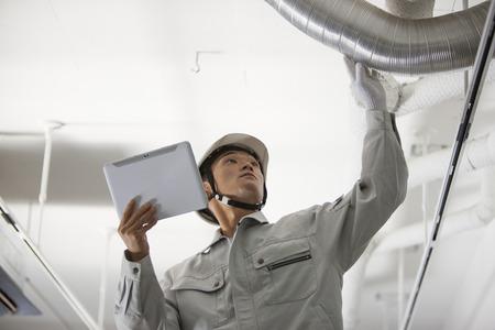 タブレット PC を使用する男性労働者