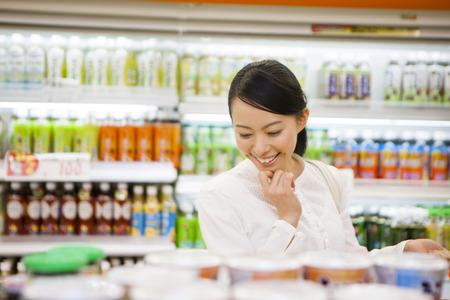 tiendas de comida: Mujeres para hacer compras en el supermercado