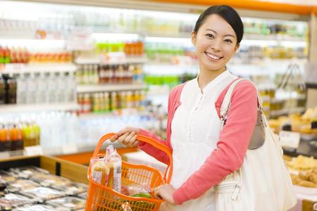 Frauen im Supermarkt einkaufen Standard-Bild