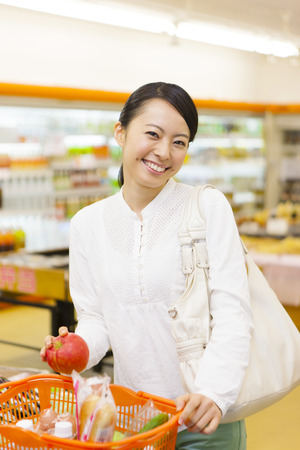 スーパー マーケットで買い物をする女性
