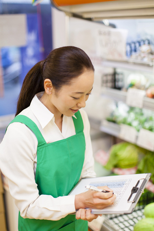 negocios comida: Las mujeres empleados de gestión de inventario de productos