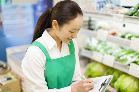 tiendas de comida: Mujeres de gestión de inventario de producto empleado