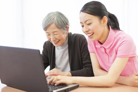 pflegeversicherung: Betreuer, die den Laptop und meine Oma zu sehen
