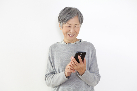 Grandma to see the smartphone Imagens