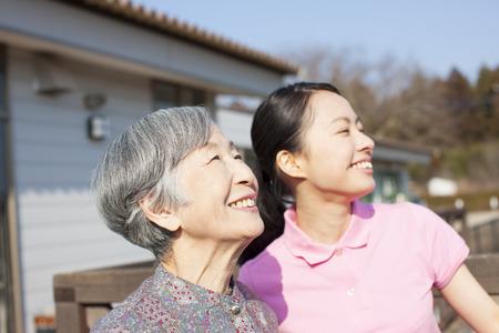 女性やおばあちゃんの世話 写真素材