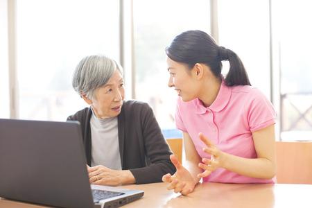 노트북과 할머니를 만나는 간병인들