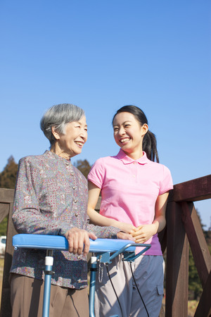 pflegeversicherung: Großmutter im Gespräch mit Frauen Betreuer