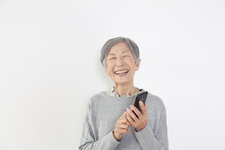Abuela con un smartphone Foto de archivo