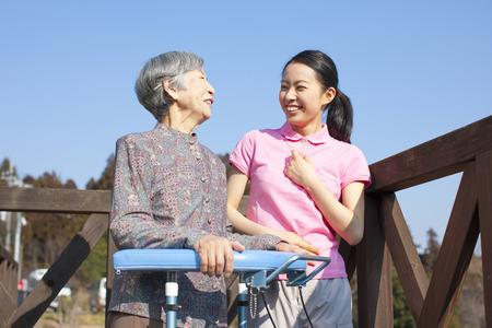 할머니, 여성 간병인들과 이야기 스톡 콘텐츠