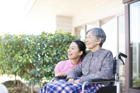 Oma zorgde en rolstoelen Stockfoto