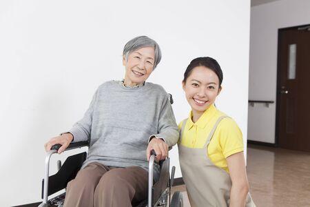 할머니가 돌보고 휠체어를 가져 갔다.