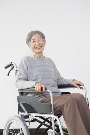 seres vivos: Retrato de ruedas mujer mayor Foto de archivo