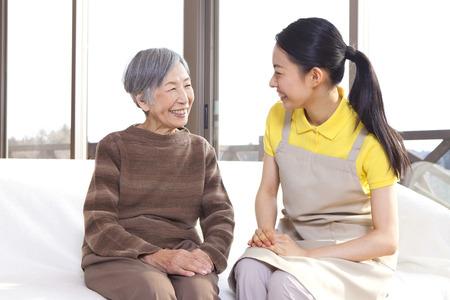 pflegeversicherung: Eine Bezugsperson Gespräch mit Oma Lizenzfreie Bilder