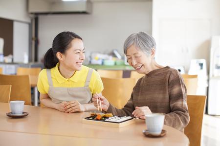 おばあちゃんは昼食を食べます