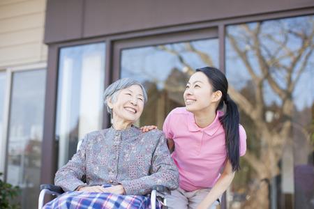 할머니 관리와 휠체어를했다 스톡 콘텐츠