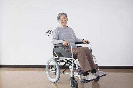 pflegeversicherung: Rollstuhl älteres Frauenportrait
