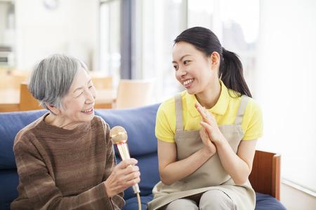 Granny genieten van de karaoke