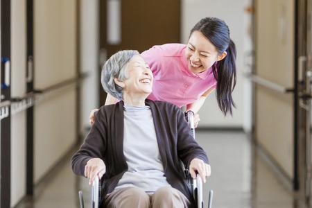 Grand-mère a pris soin et les fauteuils roulants