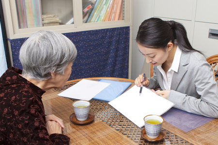 年配の女性がケア計画を議論します。
