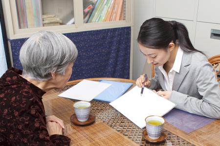 Senior vrouwen bespreken zorgplannen Stockfoto