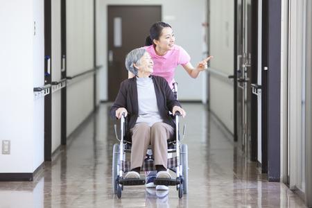 seres vivos: La abuela se hizo cargo y sillas de ruedas Foto de archivo
