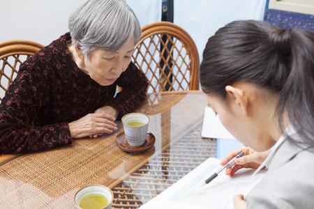 pflegeversicherung: Senior Frauen diskutieren Pflegepläne Lizenzfreie Bilder