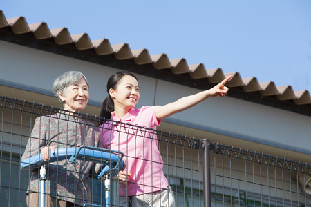 pflegeversicherung: Pflegeperson Balkon mit Blick auf und Grandma