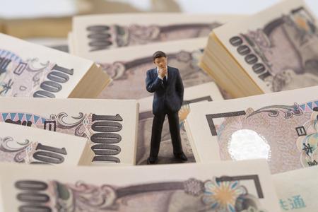 사업 사람들은 돈 수치에 대해 생각합니다.
