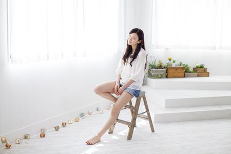 Femme assise sur un escabeau Banque d'images - 42822387
