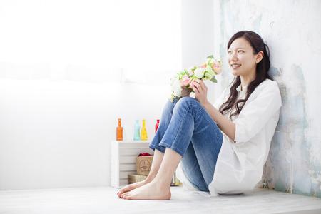 花と座っている女性 写真素材