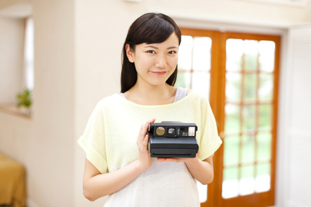 Women with a Polaroid camera Imagens