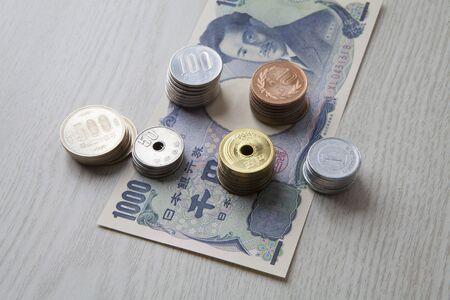 千円札とコイン