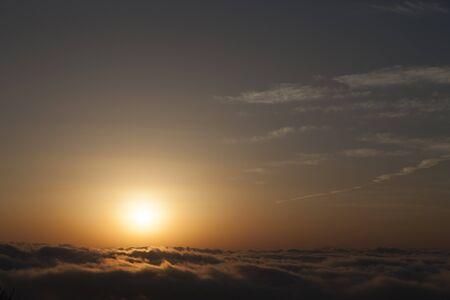 breaking dawn: Salida del sol sobre un mar de nubes