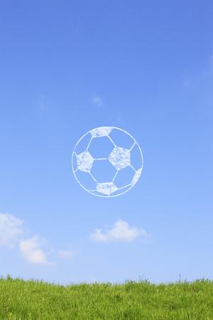 草地やサッカー ボール雲 写真素材