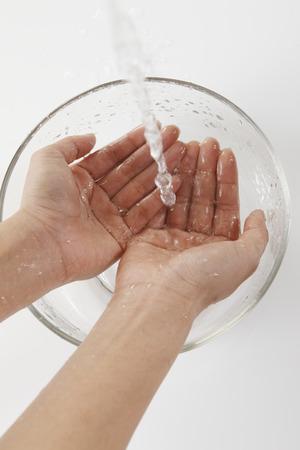 lavamanos: Las manos de las mujeres que lavan el agua Foto de archivo
