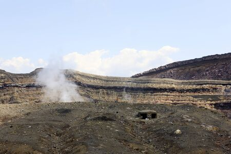 evacuacion: Nakadake cráter del refugio de evacuación Foto de archivo
