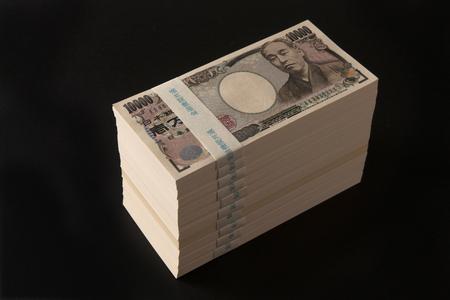 mucho dinero: Un fajo de 10 millones de yenes