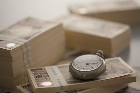 mucho dinero: Dinero y reloj de bolsillo