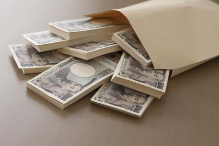 mucho dinero: Fajo de dinero que entr� en la bolsa