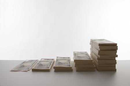 mucho dinero: billetes apilados Foto de archivo