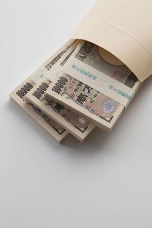 mucho dinero: dinero en el sobre marrón Foto de archivo