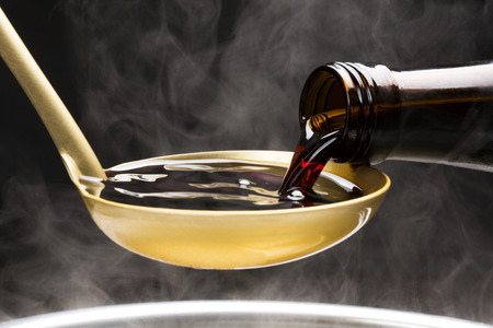I wlać do miski sosie sojowym Zdjęcie Seryjne